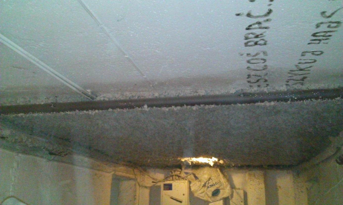 The ceiling in the basement before and after spraying with wool